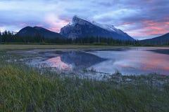Bâti Rundle et réflexions vermillonnes de lac Photos stock