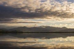 Bâti se reflétant Brandon de coucher du soleil et ouïe de lac Photo stock