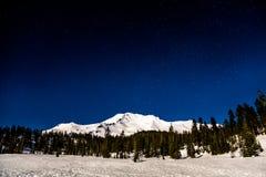 Bâti Shasta sous la lumière de pleine lune avec des étoiles ci-dessus photo libre de droits