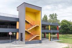 Bâtiment à multiniveaux nouvellement construit de garage de ville photographie stock libre de droits