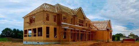 bâtiment à pans de bois ou maison en bois non fini Photographie stock libre de droits
