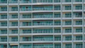 Bâtiment à plusiers étages avec des balcons et choses qui accrochent là Fin à plusiers étages de bâtiment vers le haut de vue banque de vidéos