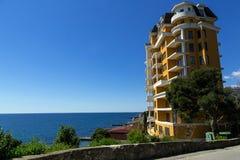 Bâtiment à plusiers étages sur la côte criméenne de la Mer Noire photographie stock libre de droits