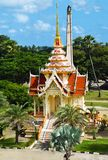 Bâtiment aérien magnifique en Thaïlande contre le ciel bleu et la forêt tropicale à monter formes ascendantes d'air photo stock