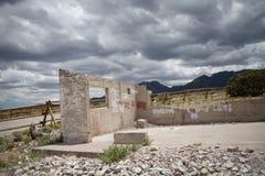 Bâtiment abandonné avec les arbres et les montagnes scéniques Photographie stock