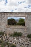 Bâtiment abandonné avec les arbres et les montagnes scéniques Photo libre de droits