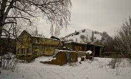 Bâtiment abandonné dans la forêt Photographie stock libre de droits