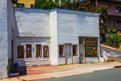 Bâtiment abandonné de devanture de magasin nécessitant la réparation Photos stock