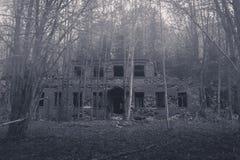 Bâtiment abandonné et délabré en brume de matin Photos libres de droits