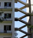 bâtiment abandonné et détruit avec le verre cassé photographie stock libre de droits
