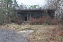 Bâtiment abandonné et ruiné de port fluvial dans la ville envahie Pripyat de fantôme Photos libres de droits