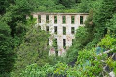 Bâtiment abandonné le long d'augmenter le delle Ferrierie, côte d'Amalfi, Italie de Valle de chemin images stock