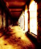 Bâtiment abandonné sinistre dans l'éclairage rampant image libre de droits