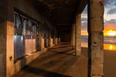 Bâtiment abandonné sur la plage Photos libres de droits
