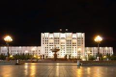 Bâtiment administratif sur la place centrale baptisée du nom de Lénine Images libres de droits