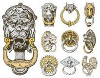 Bâtiment antique de détail éléments ornementaux architecturaux, bouton de porte en bois, heurtoir ou poignées lion et cheval Photos stock