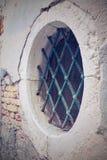 Bâtiment antique de façade avec la fenêtre ronde et un trellis de fer image stock