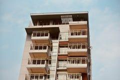 Bâtiment architectural moderne élégant avec la photographie de fond de ciel photo stock