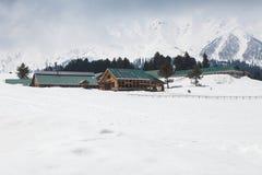 Bâtiment au milieu des montagnes de l'Himalaya Image libre de droits