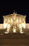 Bâtiment autrichien du Parlement à Vienne la nuit images libres de droits
