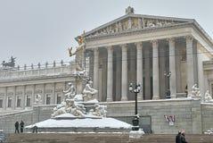 Bâtiment autrichien du Parlement après des chutes de neige photos stock