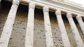 Bâtiment avec beaucoup de colonnes barre Vieille construction avec des fléaux Vacances de touristes en Europe banque de vidéos