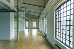 Bâtiment avec des fenêtres de grenier Image libre de droits