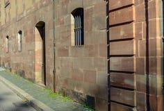 Bâtiment avec des voûtes au-dessus des portes et des fenêtres Photo libre de droits