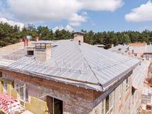 Bâtiment avec l'isolation thermo externe nouveau toit sous le constru photo libre de droits