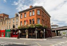 Bâtiment avec la barre ou bar sur la rue de la ville de Dublin image stock