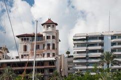 Bâtiment avec le détail de tour le long du Paseo Maritimo photographie stock libre de droits