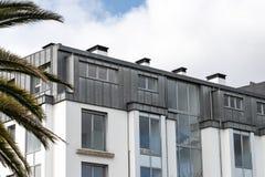 Bâtiment avec le toit de zinc photographie stock