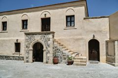 Bâtiment avec les escaliers et le passage au monastère orthodoxe Photos libres de droits