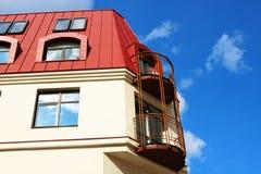 Bâtiment avec un toit rouge et un ciel bleu Photos libres de droits