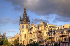 Bâtiment avec une horloge astronomique sur le coin de la place de l'Europe photo libre de droits
