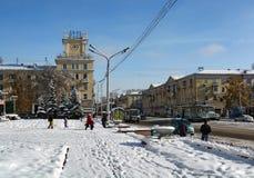 Bâtiment avec une horloge sur la rue de Lénine Images libres de droits