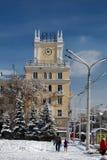 Bâtiment avec une horloge sur la rue de Lénine Photos libres de droits