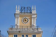 Bâtiment avec une horloge sur la rue de Lénine Image libre de droits