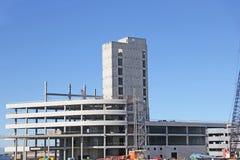 Bâtiment ayant beaucoup d'étages de nouvelle construction de cadre de ciment Photos libres de droits