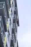Bâtiment ayant beaucoup d'étages en verre et en métal Photos stock