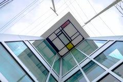 Bâtiment ayant beaucoup d'étages en verre et en métal avec le détail coloré de toit Image stock