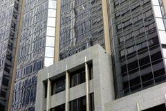 Bâtiment ayant beaucoup d'étages moderne, réflexions dans la façade en verre Photo stock