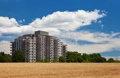 Bâtiment ayant beaucoup d'étages résidentiel moderne au milieu de fie de grain Photographie stock libre de droits
