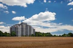Bâtiment ayant beaucoup d'étages résidentiel moderne au milieu de fie de grain Photos stock