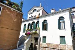Bâtiment blanc antique avec les fenêtres en bois vertes avec dans Venezia Photo stock