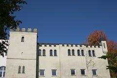 Bâtiment blanc contre le ciel bleu dans Donauworth, Germany_ photos stock