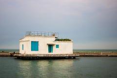 Bâtiment blanc isolé en mer Photographie stock