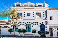 Bâtiment blanchi avec les pots de fleur bleus dans les façades Images stock