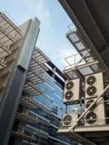 Bâtiment bleu avec le verre et la climatisation bleus Photo libre de droits