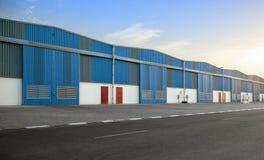 Bâtiment bleu d'entrepôt Photos libres de droits